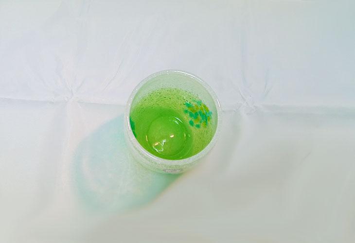 真上<正規品>花見たる型(緑色)泡模様のたる型琉球ガラスに、綺麗な花びらをおよがせました。ベトナム製
