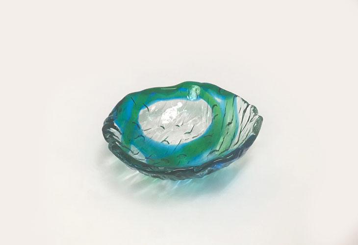 中央<正規品>透き通った色使いの琉球ガラス製の小皿(緑青色)。小鉢、鉢物、漬物、冷鉢など使いやすいサイズのものを2色用意(青色、緑青色)!Made in OKINAWA 沖縄製品