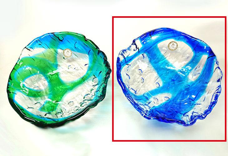 緑・青<正規品>透き通った色使いの琉球ガラス製の小皿(青色)。小鉢、鉢物、漬物、冷鉢など使いやすいサイズのものを2色用意(青色、緑青色)!Made in OKINAWA 沖縄製品