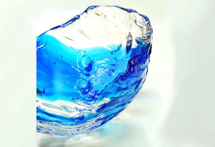 斜め<正規品>透き通った色使いの琉球ガラス製の小皿(青色)。小鉢、鉢物、漬物、冷鉢など使いやすいサイズのものを2色用意(青色、緑青色)!Made in OKINAWA 沖縄製品