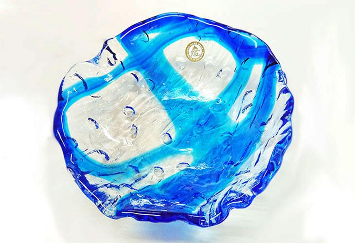 正面<正規品>透き通った色使いの琉球ガラス製の小皿(青色)。小鉢、鉢物、漬物、冷鉢など使いやすいサイズのものを2色用意(青色、緑青色)!Made in OKINAWA 沖縄製品