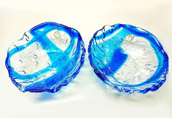 横並び <正規品>透き通った色使いの琉球ガラス製の小皿(青色)。小鉢、鉢物、漬物、冷鉢など使いやすいサイズのものを2色用意(青色、緑青色)!Made in OKINAWA 沖縄製品