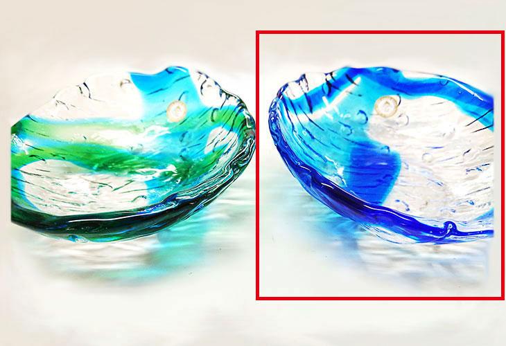 右左並び<正規品>透き通った色使いの琉球ガラス製の小皿(青色)。小鉢、鉢物、漬物、冷鉢など使いやすいサイズのものを2色用意(青色、緑青色)!Made in OKINAWA 沖縄製品