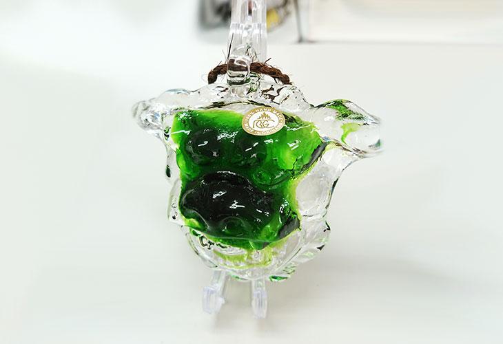 斜め横<正規品>限定品。縁起の良い琉球ガラス製シーサー(緑色)4色用意(オレンジ、青色、水色、緑色)Made in OKINAWA 沖縄製品