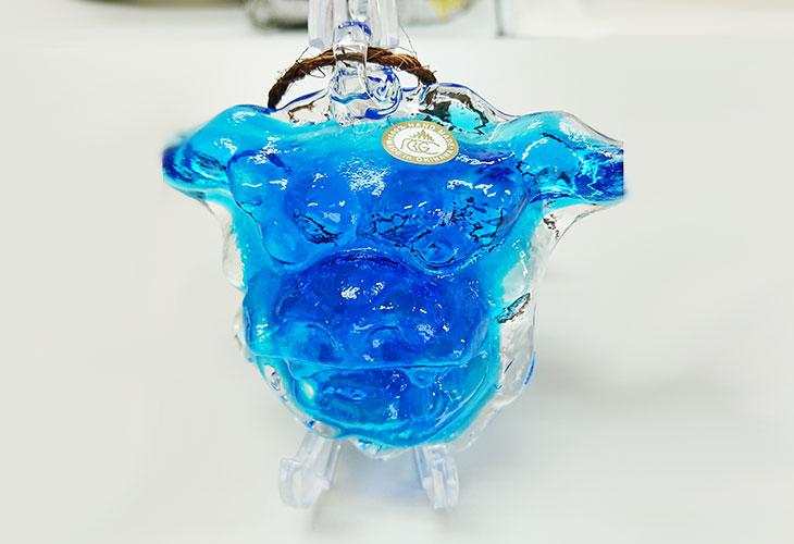 ★正面。<正規品>限定品。縁起の良い琉球ガラス製シーサー(水色)4色用意(オレンジ、青色、水色、緑色)Made in OKINAWA 沖縄製品