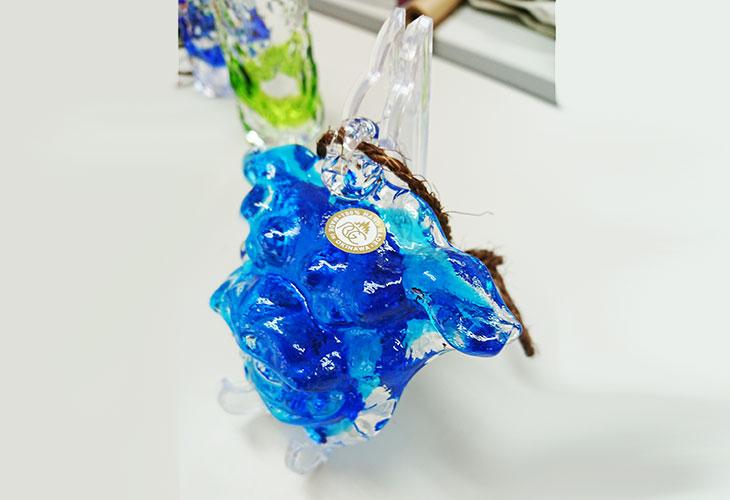 ★斜め上。<正規品>限定品。縁起の良い琉球ガラス製シーサー(水色)4色用意(オレンジ、青色、水色、緑色)Made in OKINAWA 沖縄製品