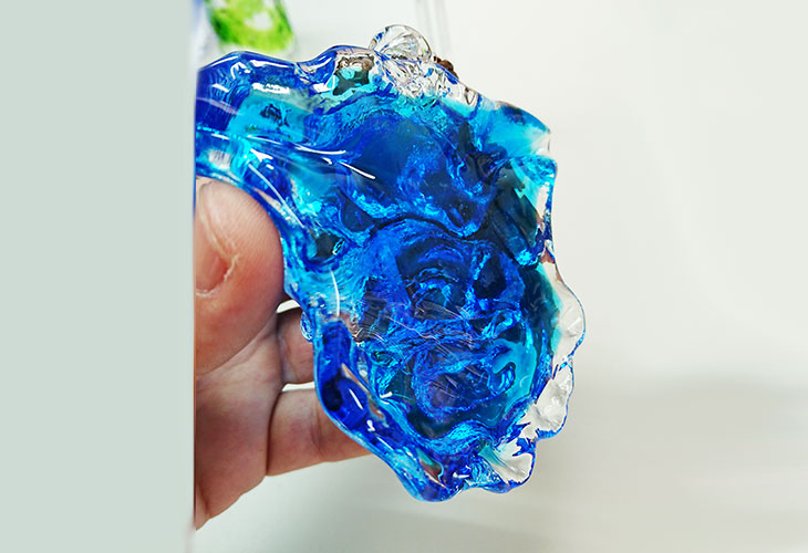 ★横斜め。<正規品>限定品。縁起の良い琉球ガラス製シーサー(水色)4色用意(オレンジ、青色、水色、緑色)Made in OKINAWA 沖縄製品