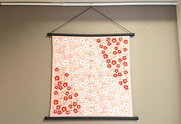 壁掛け1中巾タペストリー棒(黒)集合写真。お好みの布を壁掛けに