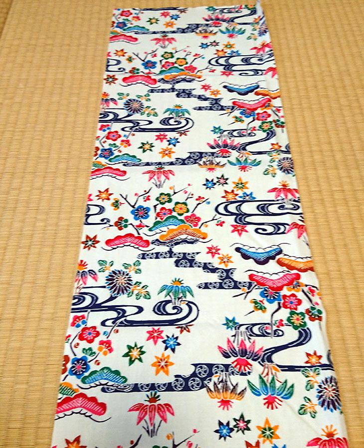 沖縄独特の絵柄(紅型びんがた)をタペストリー(壁掛け)用にしてお届け。オリジナル加工