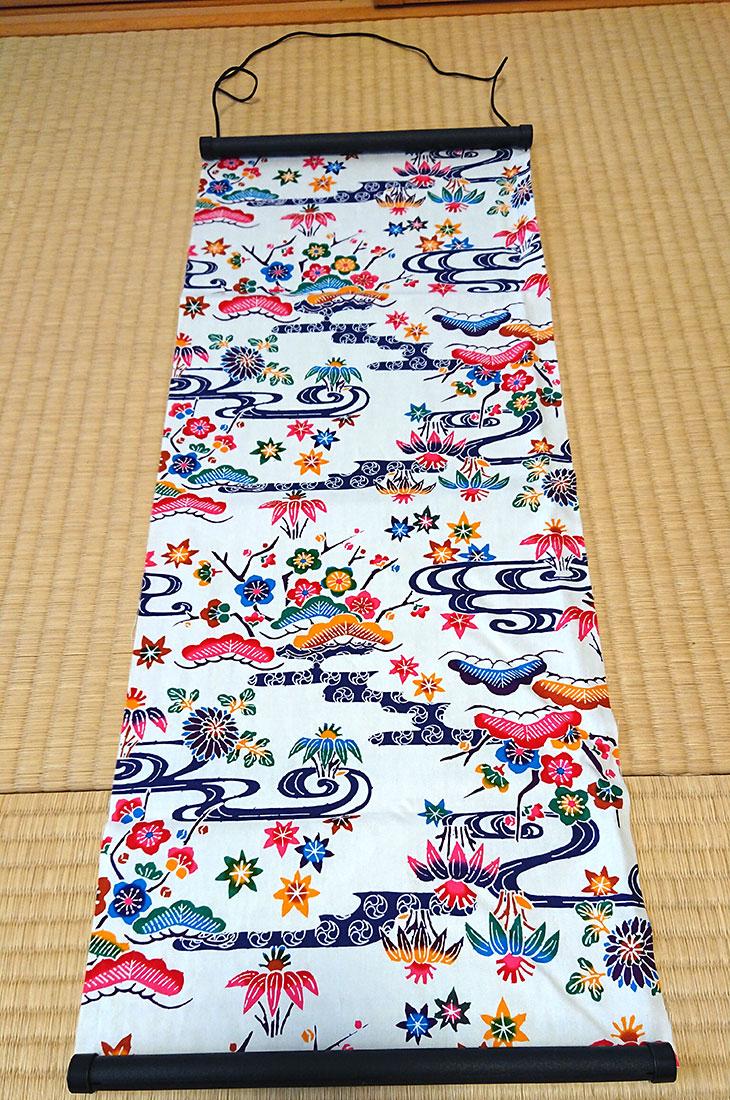 斜め上沖縄独特の絵柄(紅型びんがた)をタペストリー(壁掛け)用にしてお届け。オリジナル加工