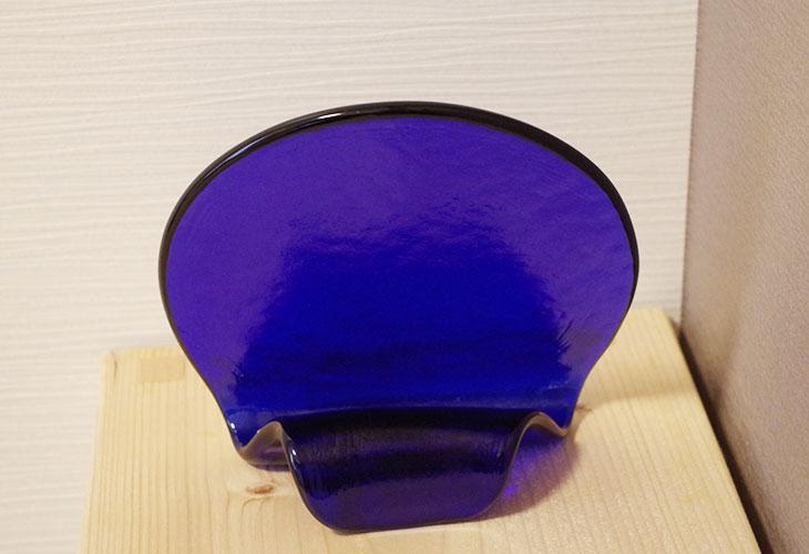後ろ<正規品>(彫刻なし)半透明の琉球ガラス盾(青色)祝い事や、甕(カメ、壺)の前や、玄関のネームプレートにも最適。2色(水色、青色)を用意。ベトナム製