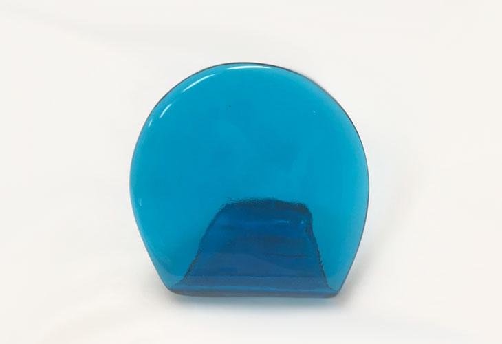 正面?<正規品>(彫刻付き)半透明の琉球ガラス盾(水色)祝い事や、甕(カメ、壺)の前や、玄関のネームプレートにも最適。2色(水色、青色)を用意。ベトナム製